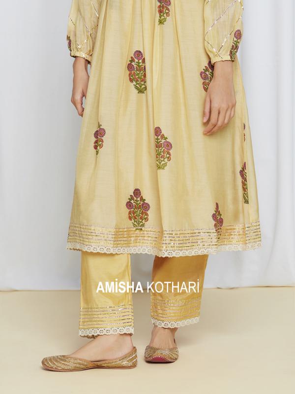 amisha-kothari-label-umang-kurta-set-yellow-4