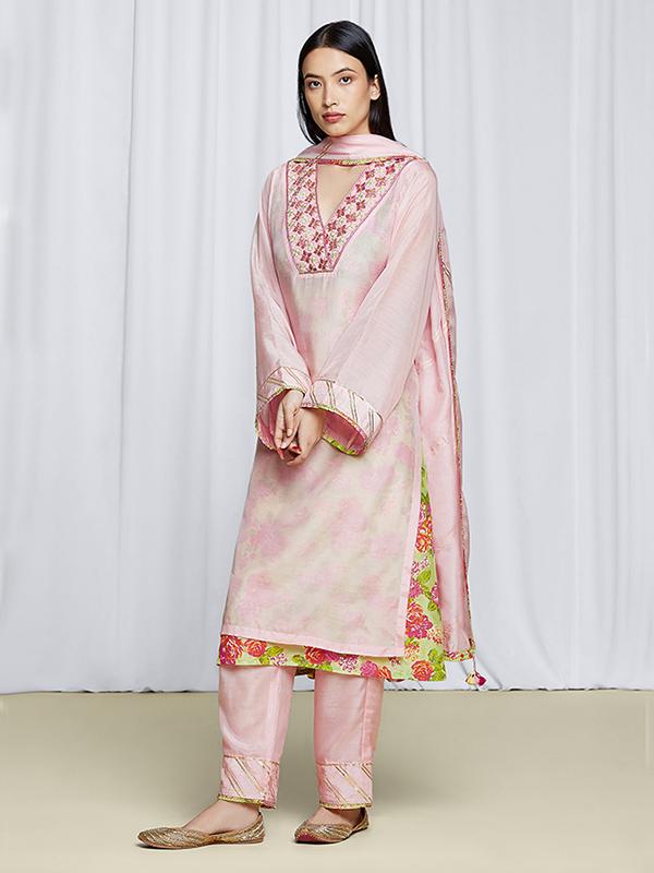 amisha-kothari-label-festive-2021-anila-kurta-set-pink-2